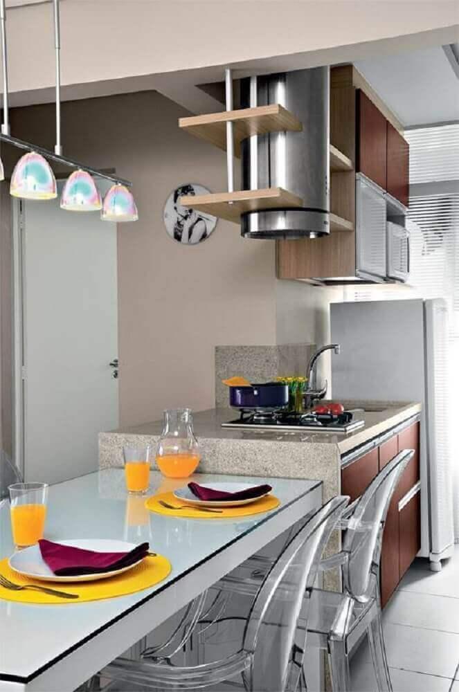 cozinha planejada com coifa cilíndrica