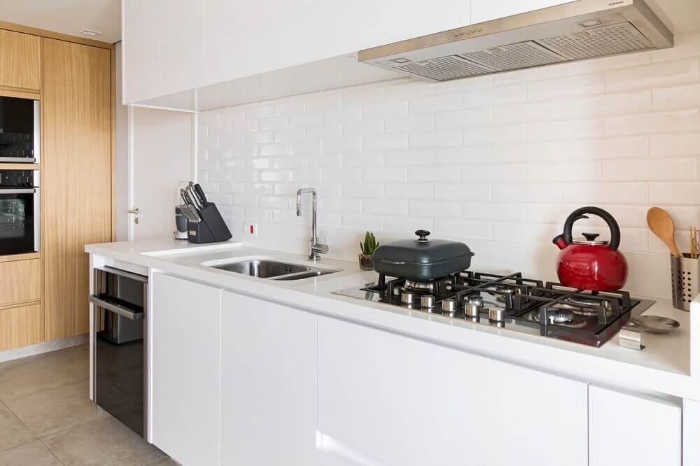 cozinha planejada com coifa embutida em armário
