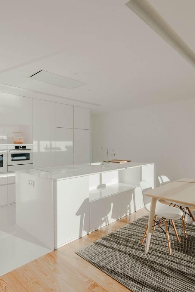 cozinha toda branca com bancada pedra silestone