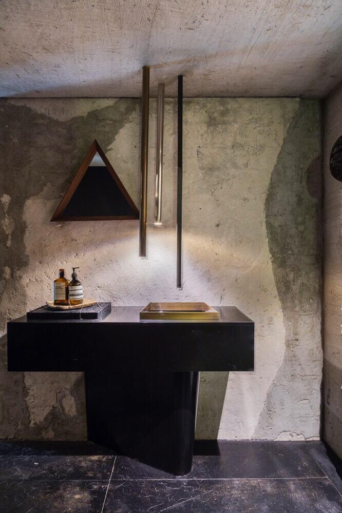 decoração arrojada com torneira de teto para pai de banheiro