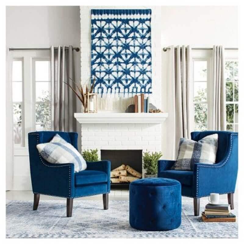 decoração clássica com poltronas e puff para sala azuis