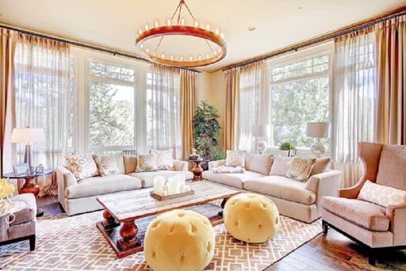 decoração clean com modelo redondo de puff para sala de estar