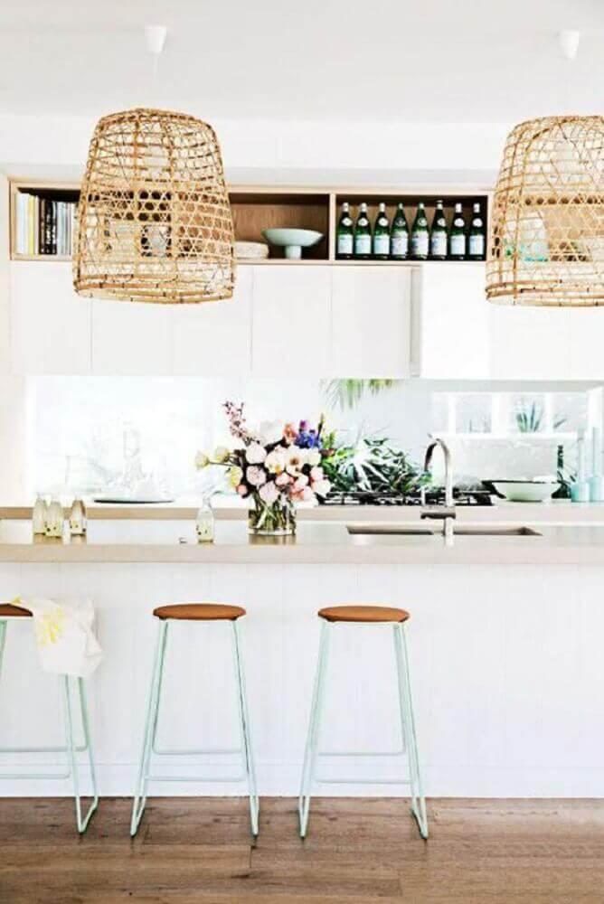 decoração clean com simples banquetas para cozinha americana