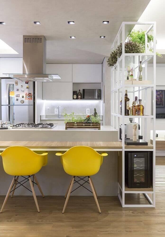 decoração clean em cozinha com coifa de vidro