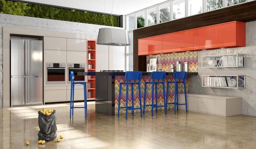Decoração colorida com banqueta alta para cozinha