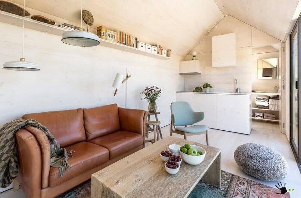 decoração com Puff para sala pequena e sofá de couro