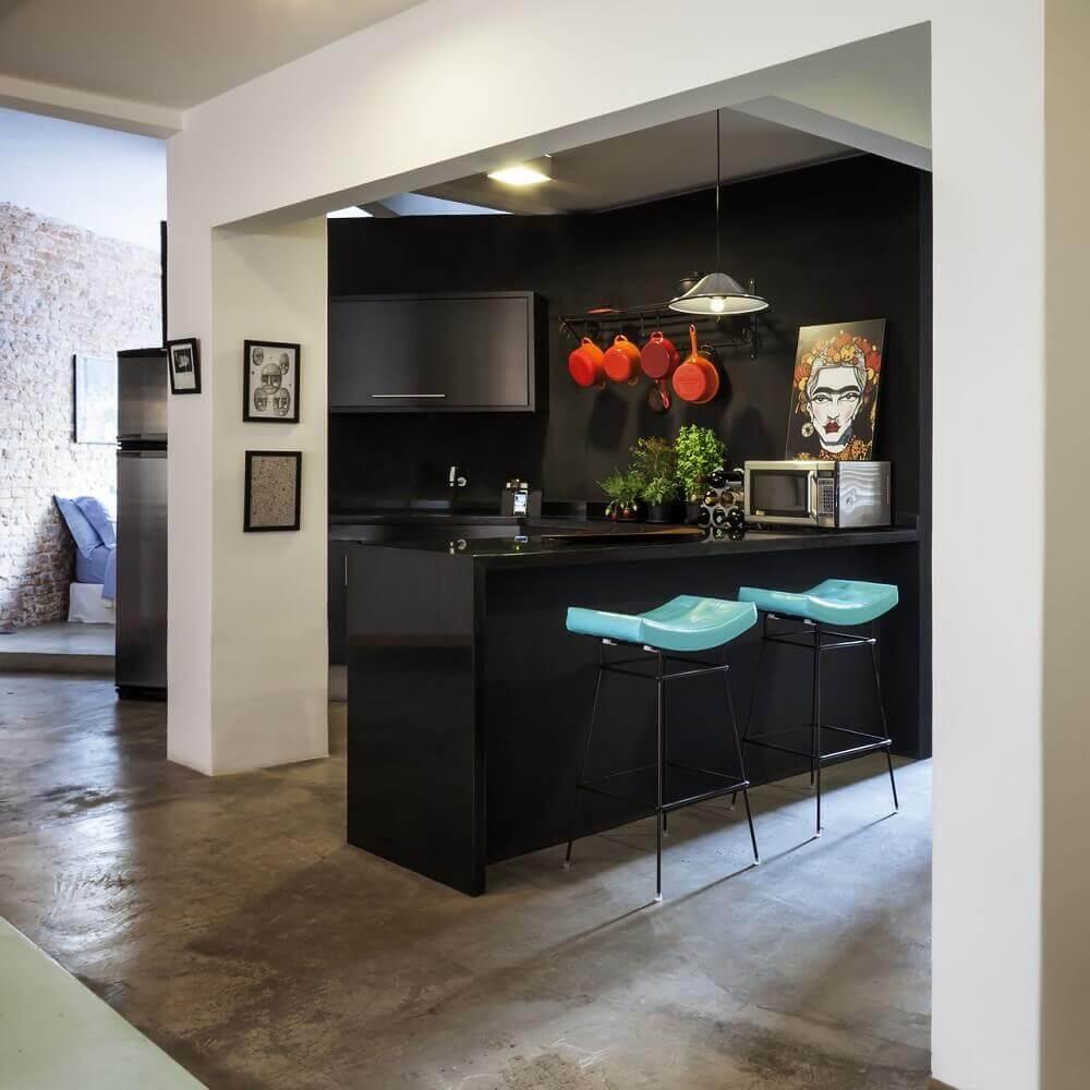 decoração com bancos para cozinha americana com estrutura de ferro e assento branco