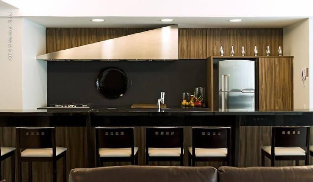 decoração com banquetas pretas para cozinha americana com estofado branco