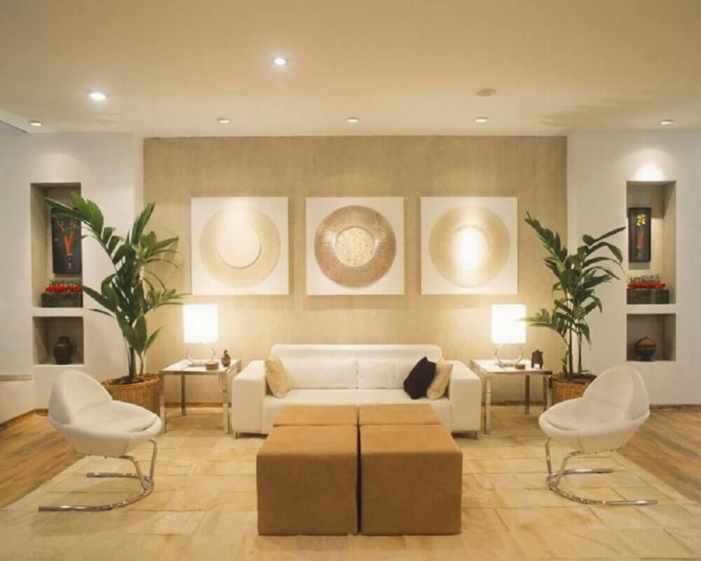 decoração com cores neutras para sala de estar com puff
