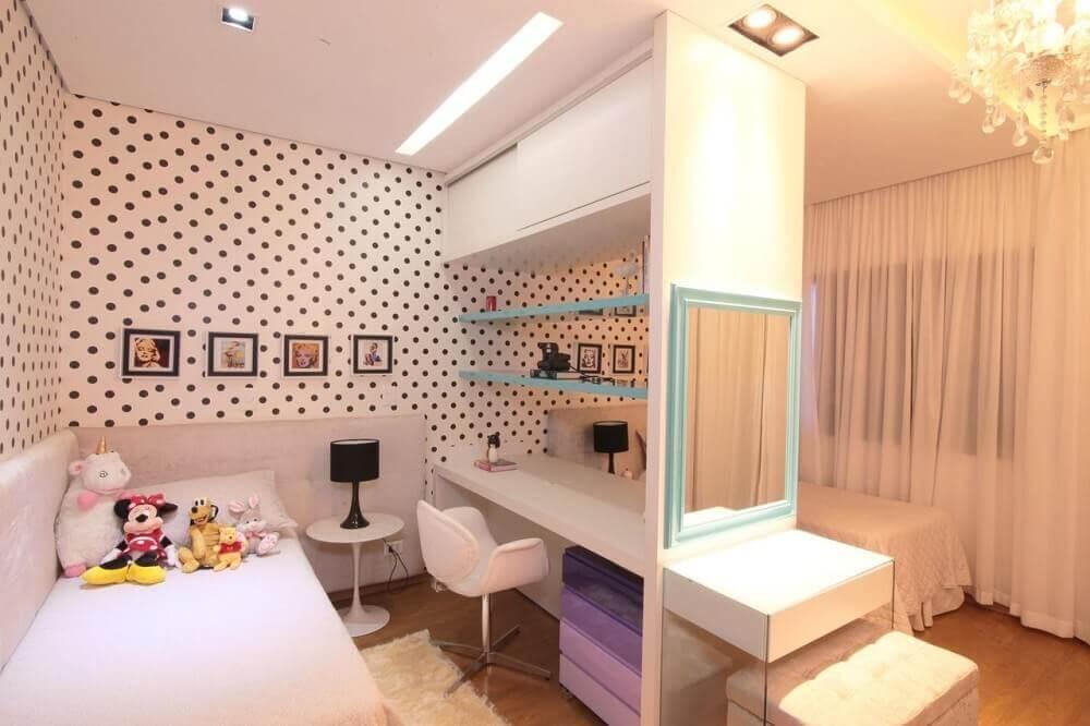 decoração com papel de parede de poá para quarto infantil