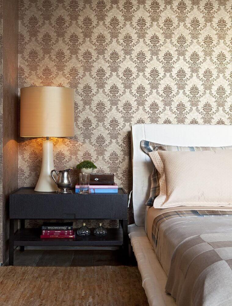 decoração com papel de parede para quarto de casal com estampa clássica