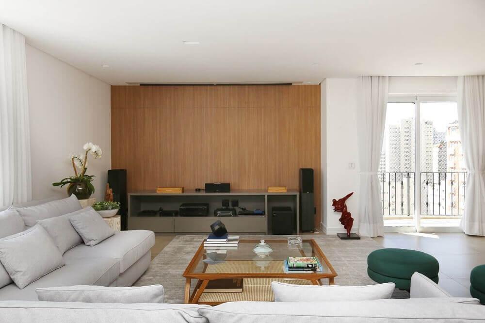 Decoração com puff grande para sala em tons de verde e cinza