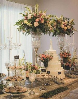 decoração da mesa do bolo de casamento