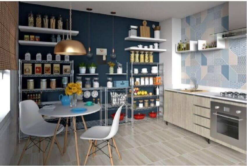 decoração de cozinha com prateleiras e pendente dourado