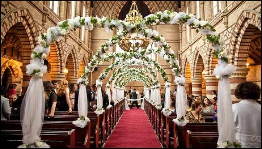 decoração de igreja para casamento com arcos de flores