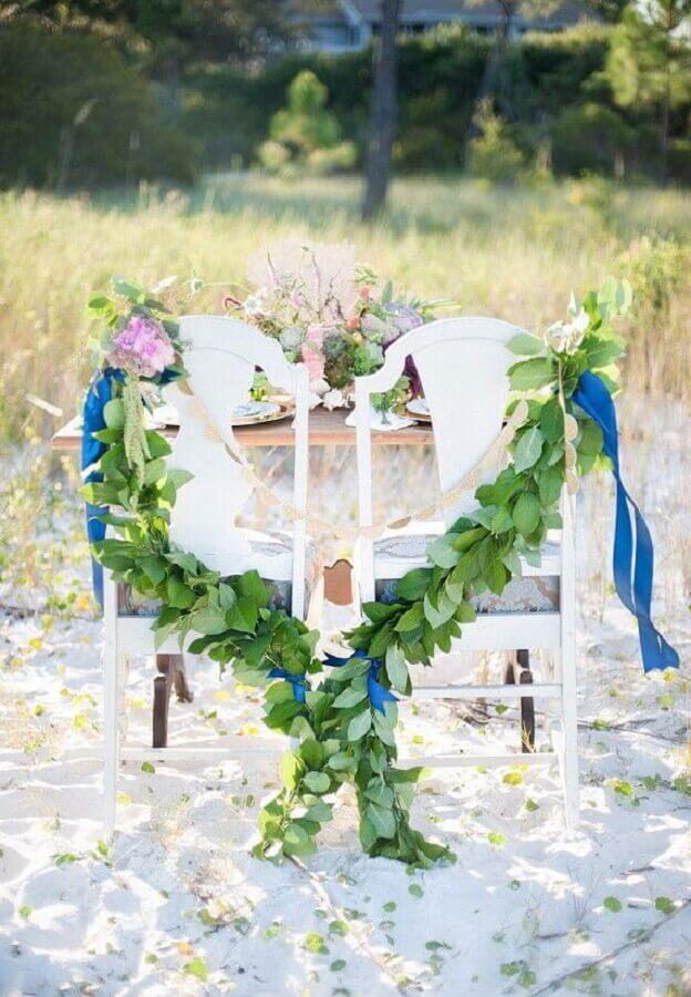 decoração de noivado na praia com arranjo de folhagens Foto 100 Layer Cake