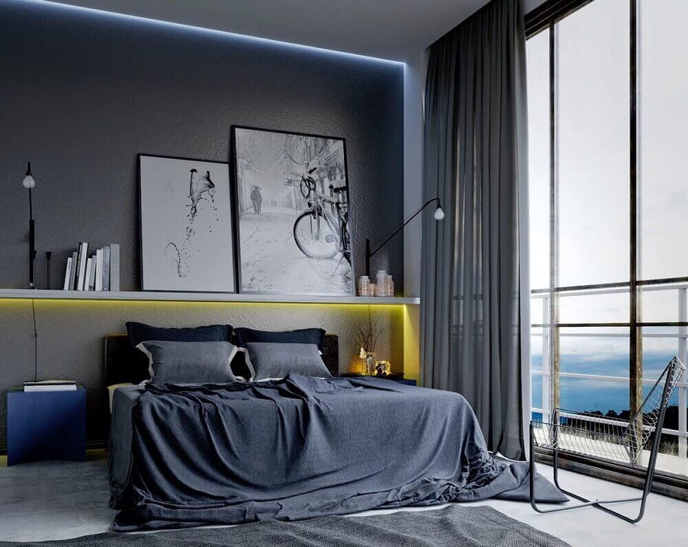 decoração de quarto masculino com tons de cinza e quadros em prateleira