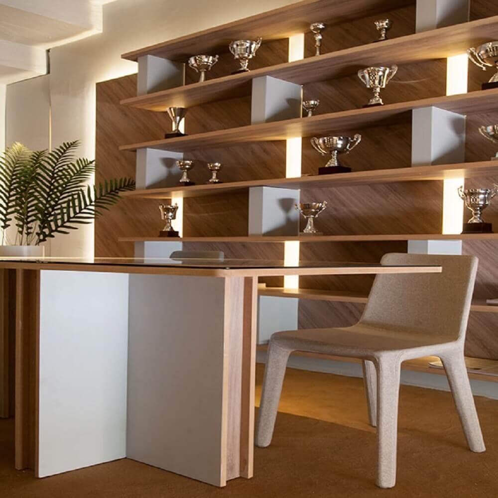 decoração de sala de jantar com nichos e troféus