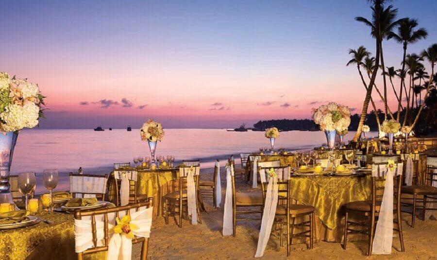 decoração dourada para mesas de casamento na praia