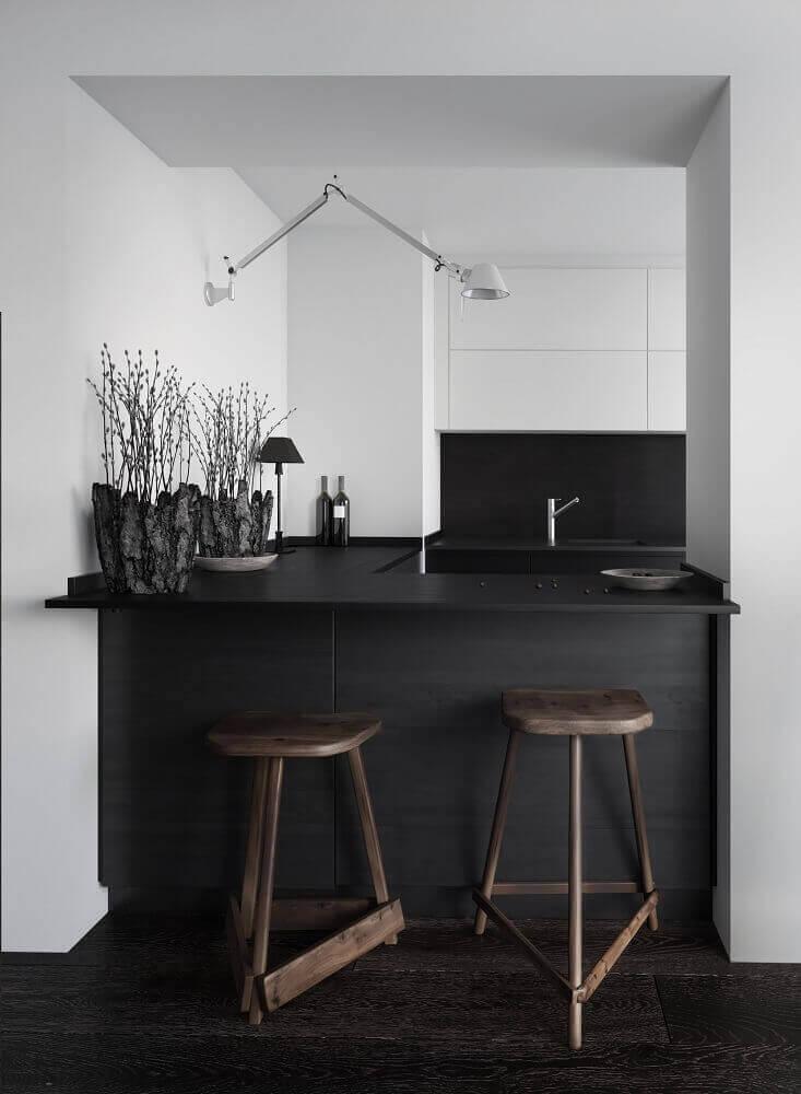 decoração moderna banquetas de madeira para cozinha com balcão preto Foto Maison Lalopa