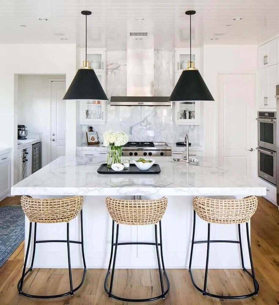 decoração para cozinha com pendentes pretos e banquetas para cozinha com fibras naturais Foto Kitchen Ideas