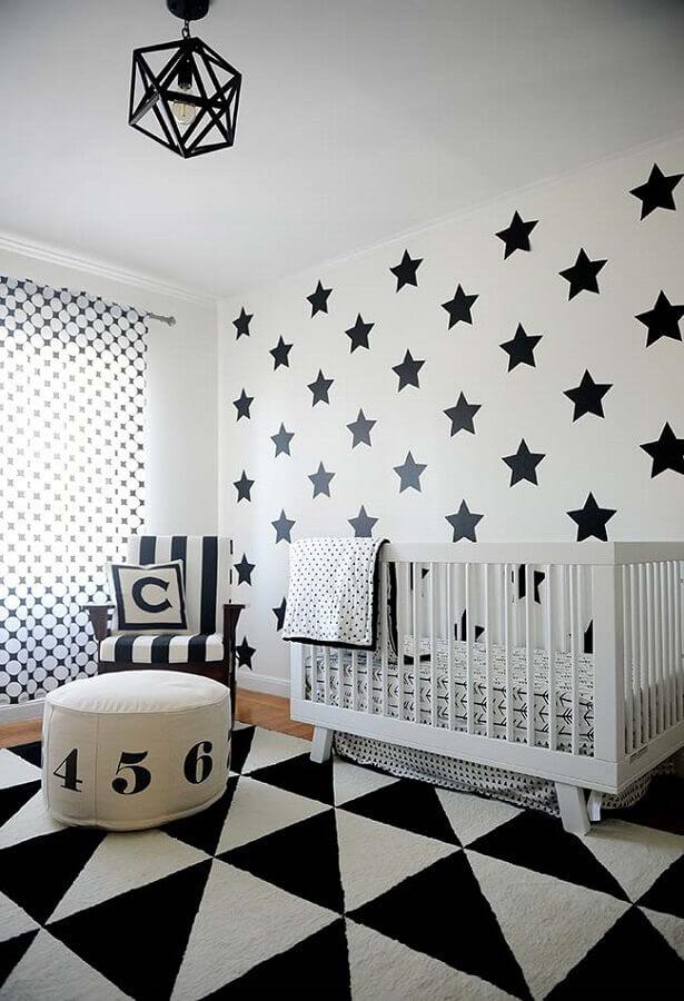 decoração preto e branca com papel de parede para quarto de bebê com desenhos de estrelas grandes Foto Frenchy Fancy