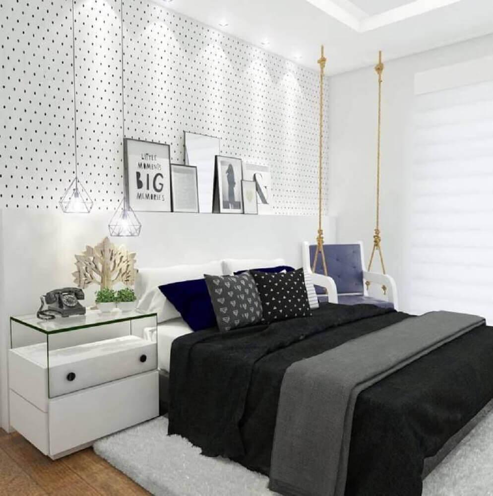 decoração quarto de casal clean com papel de parede delicado preto e branco