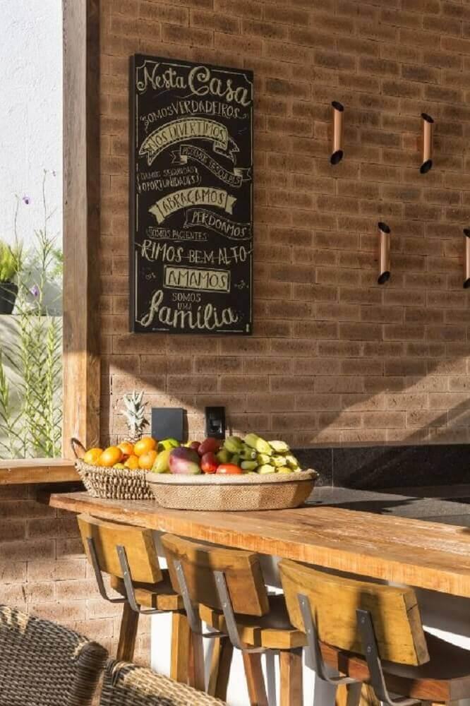 decoração rústica com bancos para cozinha americana de madeira