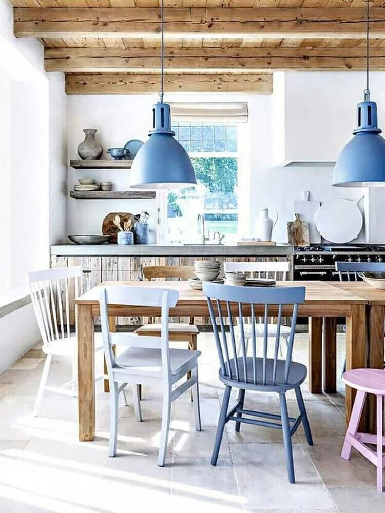 decoração rústica cozinha com pendente azul