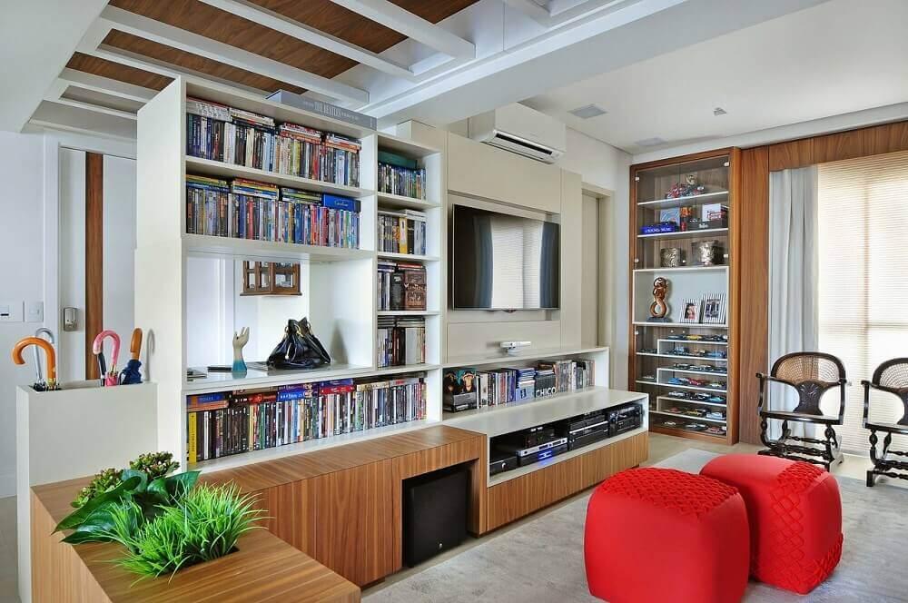 decoração sala de estar estante branca e puffs vermelho