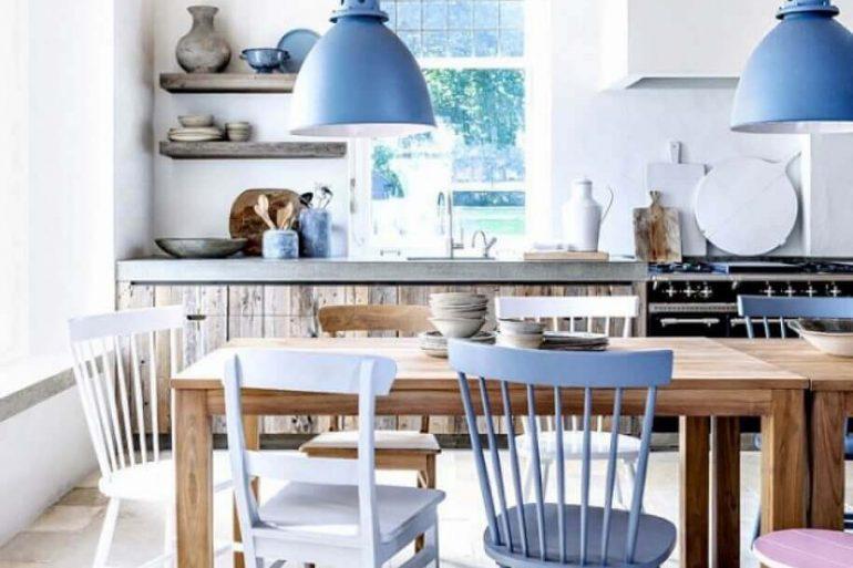 decoração simples com pendentes azuis para cozinha com cadeiras diferentes