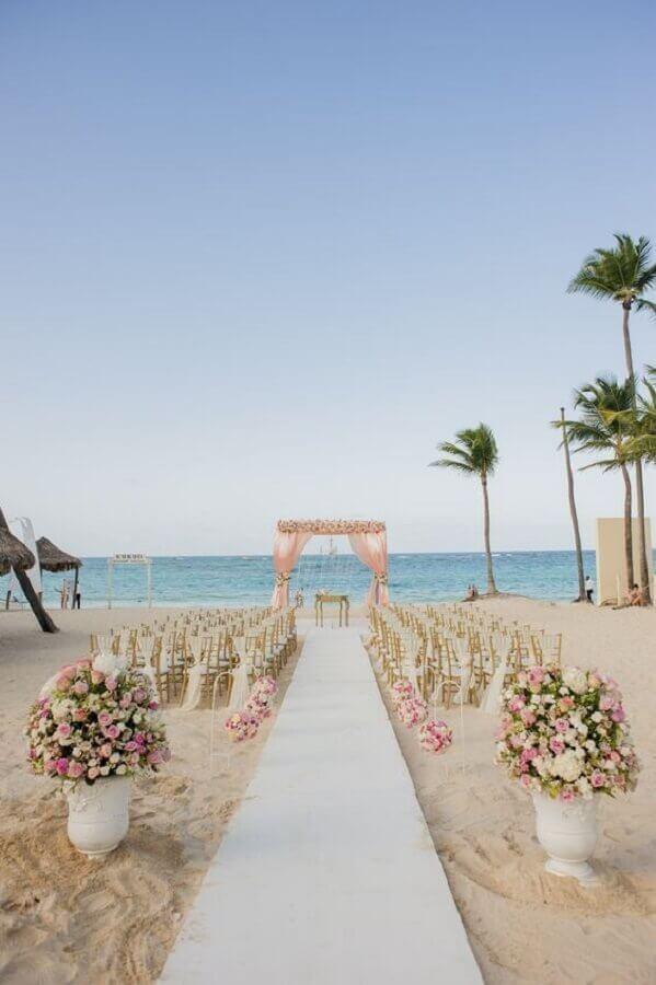 decoração simples e delicada para casamento na praia com vaso de flores Foto Wedding Ideas
