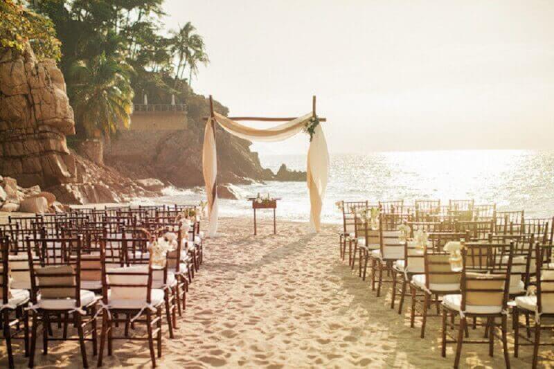 decoração simples e rústica para casamento na praia