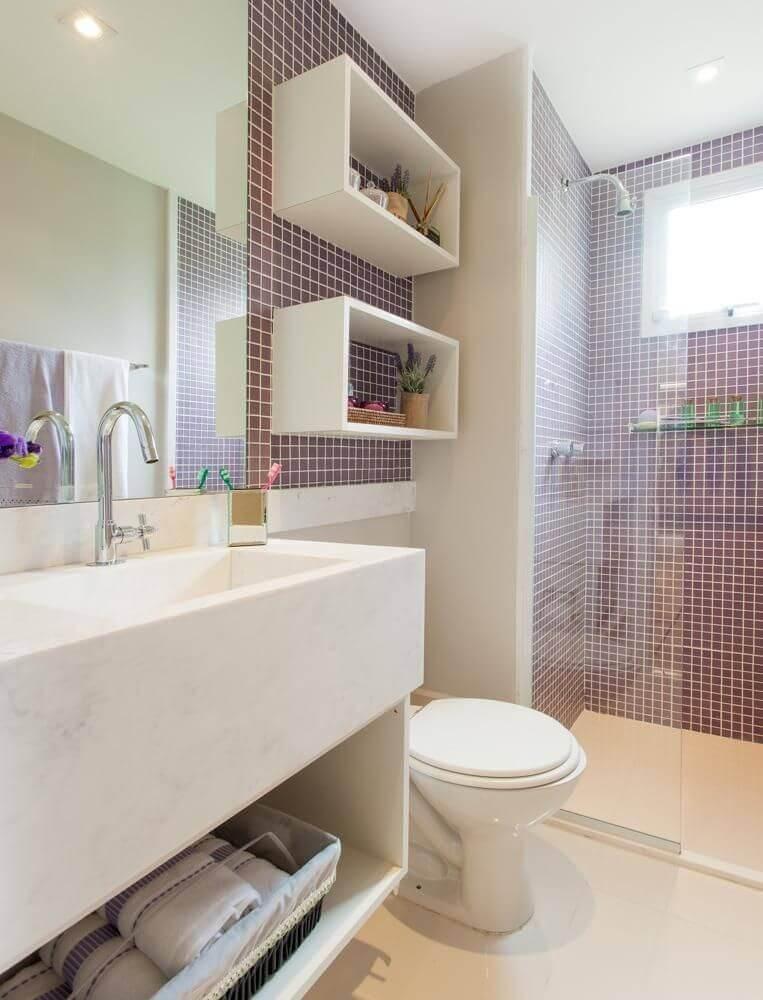 Decoração de banheiro com nicho branco