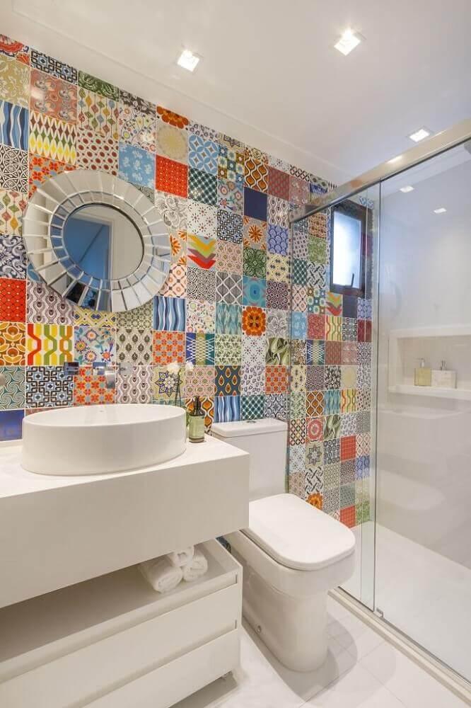 decoração de banheiro simples com ladrilho colorido