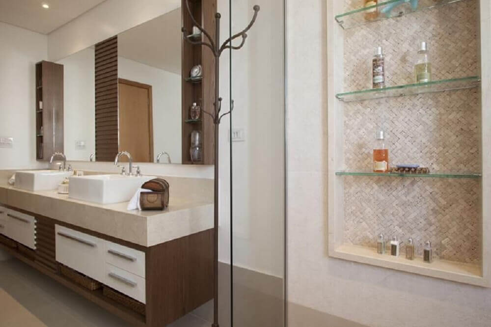 nicho para banheiro com revestimento de papel de parede