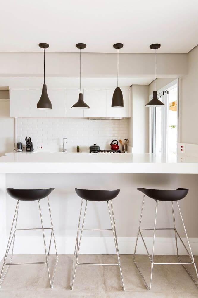 decoração cozinha americana cozinha branca com banquetas e pendentes pretos