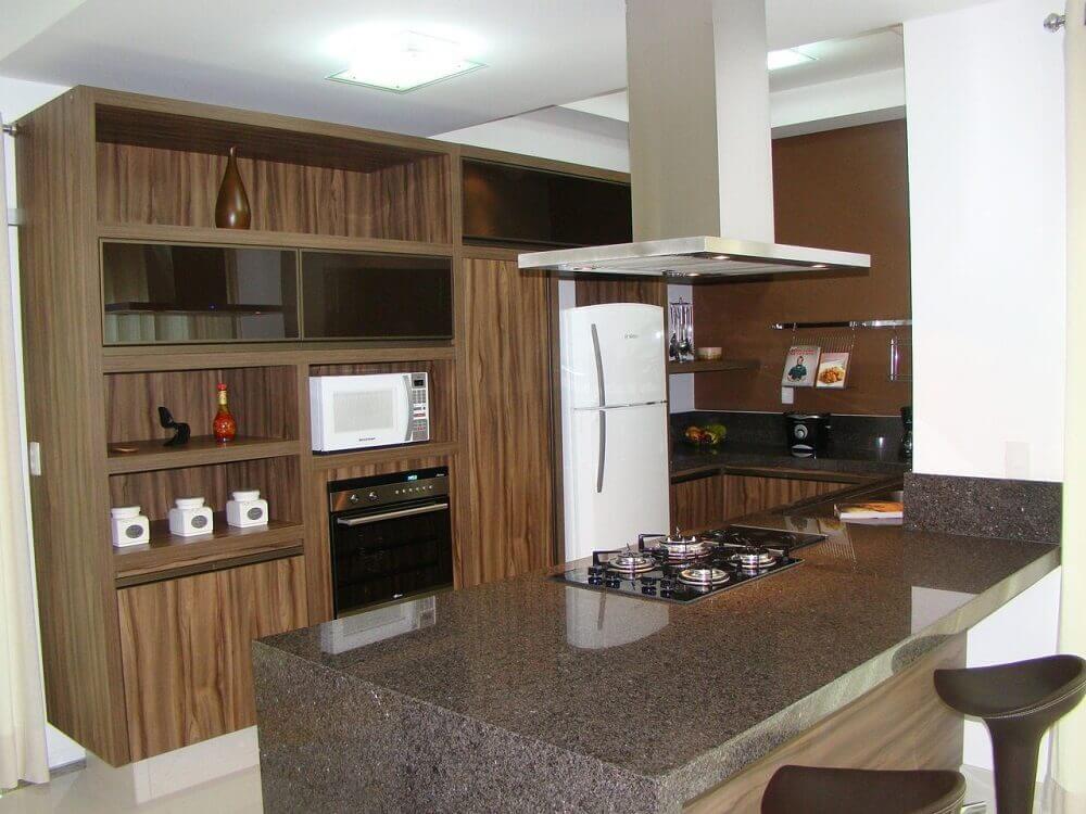 Decoração de cozinha planejada com coifa de alumínio com iluminação embutida