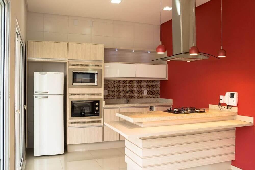 decoração de cozinha com coifa de ilha e luminárias