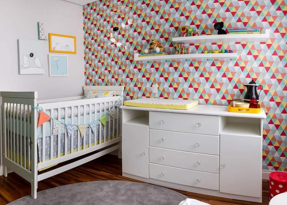 decoração quarto de bebê papel-de parede com triângulos coloridos