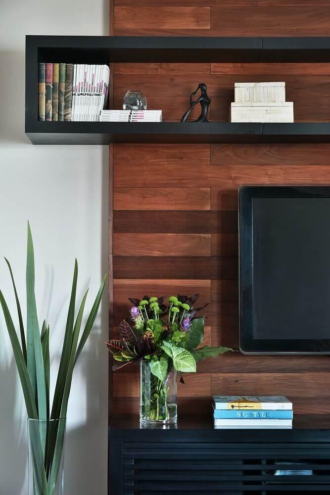 decoração sala de TV nicho preto no painel de madeira