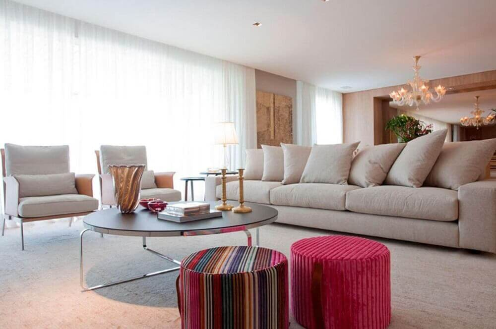 decoração sala de estar com puffs coloridos
