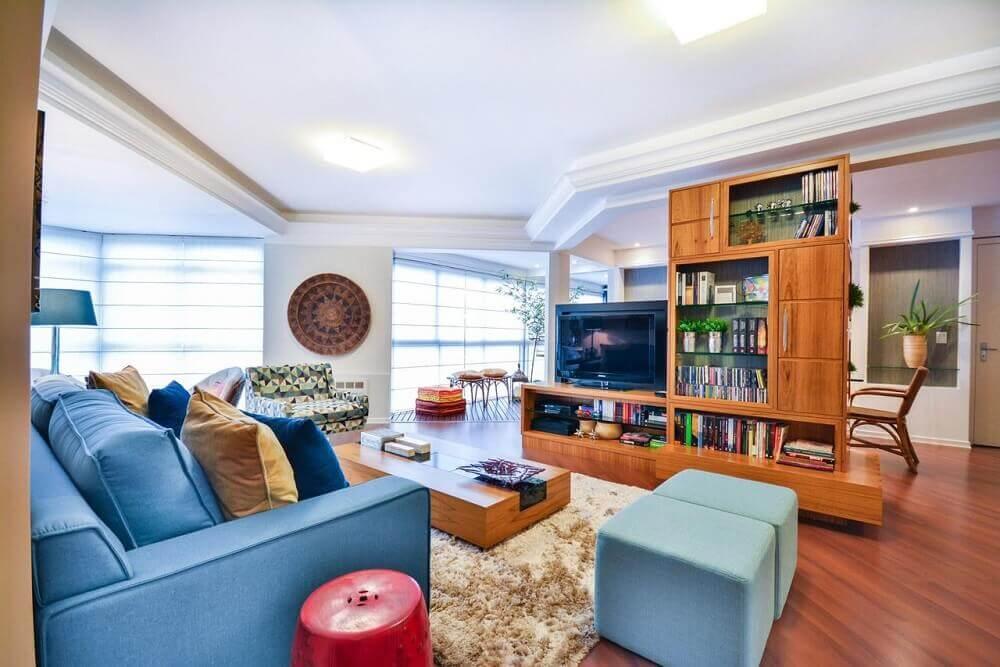 decoração sala de estar com sofá e puff azul