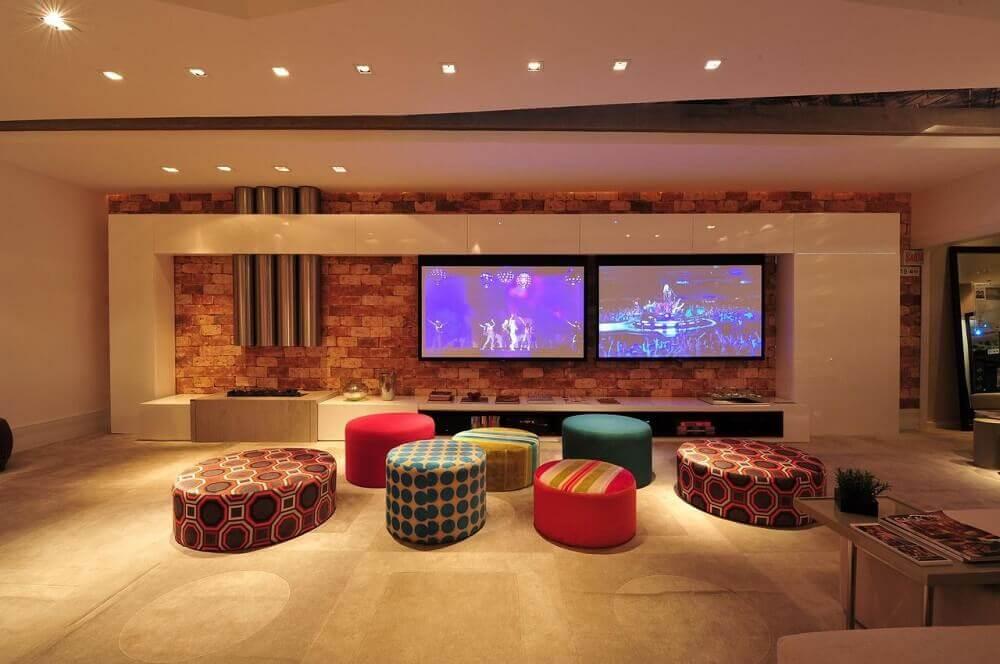 Decoração de sala de estar com modelos de puff coloridos