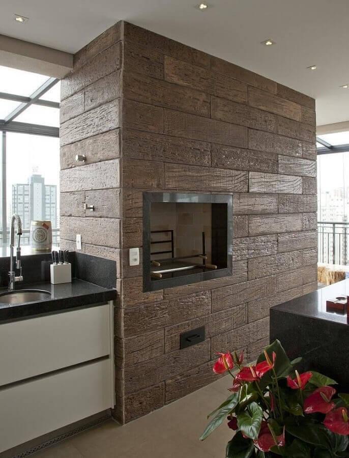 varanda com churrasqueira e revestimento de madeira