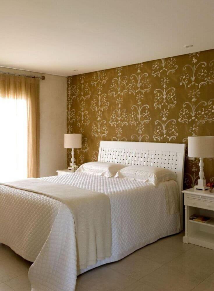 estampa clássica em papel de parede para quarto de casal