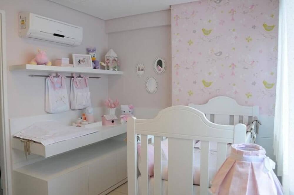 estampa de passarinho em papel de parede para quarto de bebê