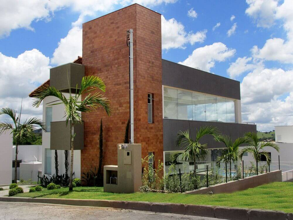 fachada com platibanda e tijolo a vista