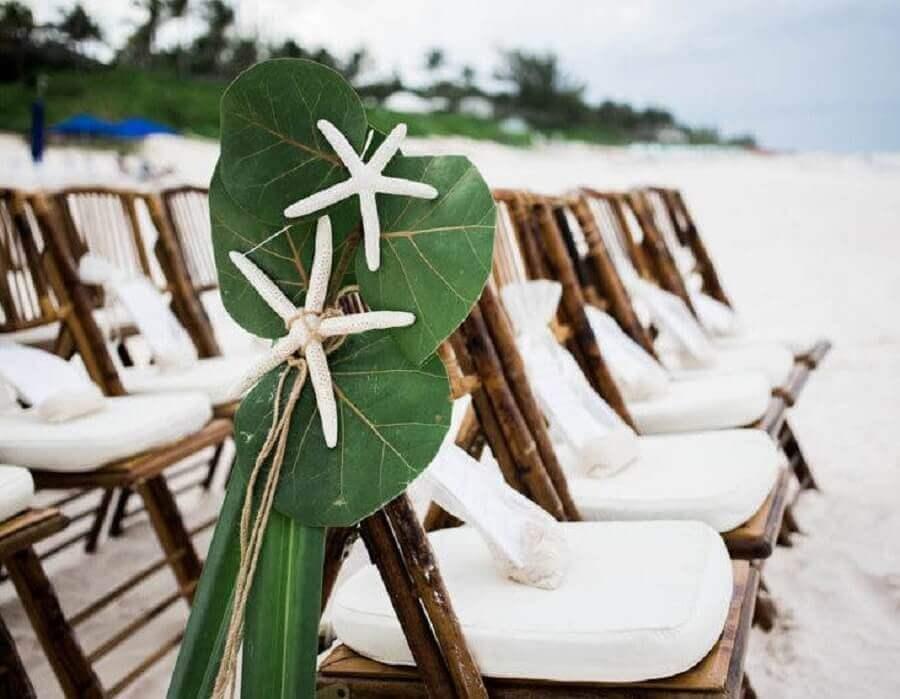 folhagem para decorar as cadeiras em casamento na praia simples