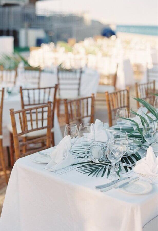 folhagens para decoração de mesa de noivado na praia